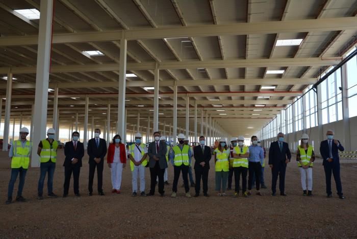 Foto de familia en la nueva nave logística que se construye en Illescas