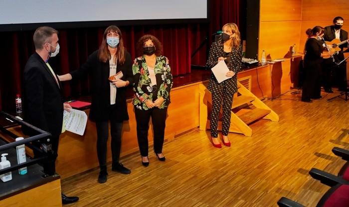 Cristina Cebas entrega premio a Andrea Casaseca