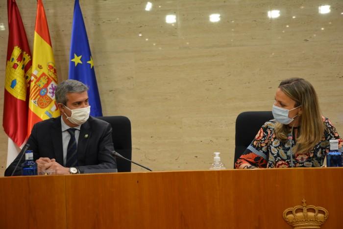Álvaro Gutiérrez y la presidenta de la Comisión No Permanente de Estudio