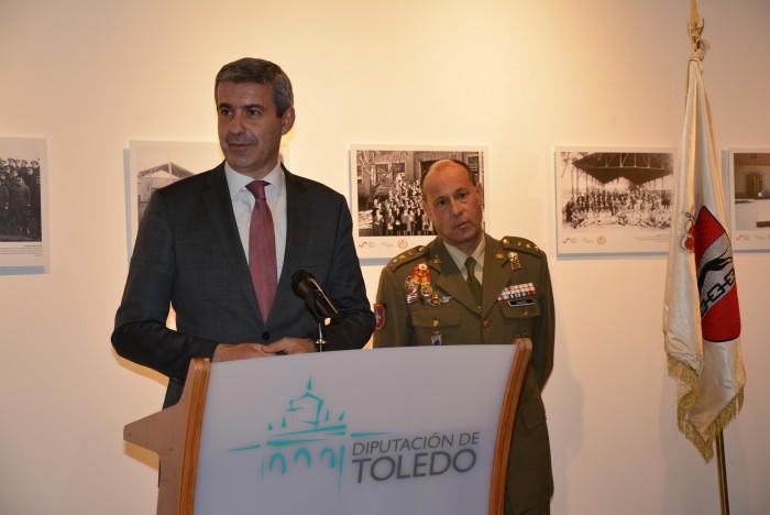 Álvaro Gutiérrez junto al coronel Linares en un momento de su intervención