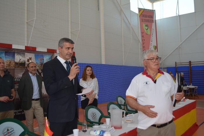 Álvaro Gutiérrez en un momento del concurso de catadores de vino de Las Ventas de Retamosa