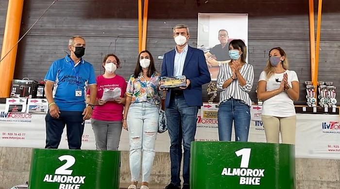 Álvaro Gutiérrez con el reconocimiento del Club Deportivo Almorox Bike a la Diputación