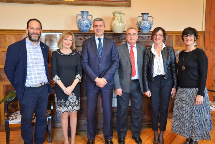 Foto  firma del convenio de Álvaro Gutiérrez con Cruz Roja