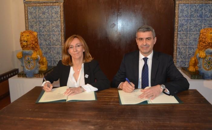 Álvaro Gutiérrez y Magdalena Corrales firman el convenio decolaboración