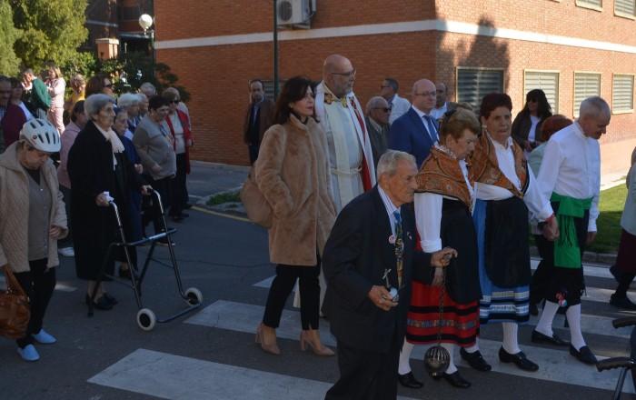 Elvira Manzanque con los asistentes a la celebración del patrón de la RSA