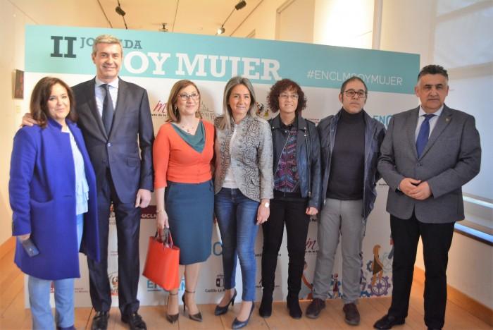 Álvaro Gutiérrez junto a Mar G. Illán, Milagros Tolón y otros asistentes a la jornada sobre igualdad