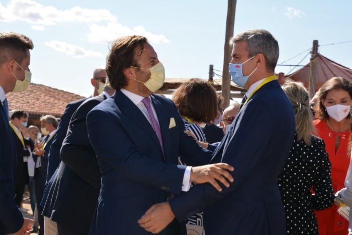 Álvaro Gutiérrez saludando a Erwan de Villeon