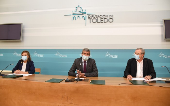 Álvaro Gutiérrez, Aurelia Sánchez y Juan Carlos Santos tras firmar el convenio de colaboración