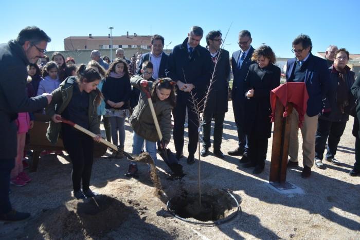 Álvaro Gutiérrez observa la plantación del olmo