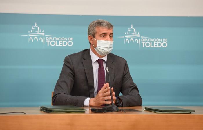 Álvaro Gutiérrez atendiendo a las preguntas de los periodistas