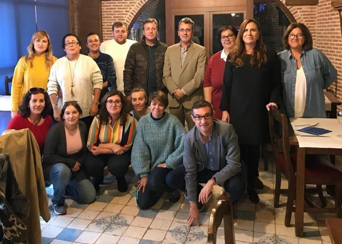 Fernando Muñoz con la alcaldesa de Cebolla y los participantes en el taller de empleo