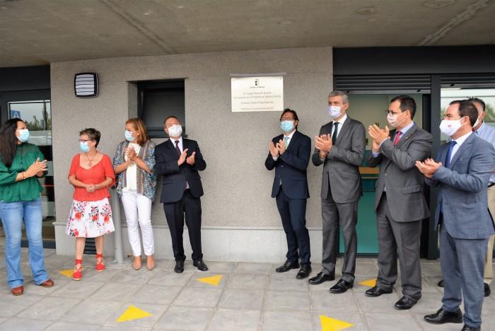 Ante la placa conmemorativa de la inauguración del segundo colegio de Nambroca