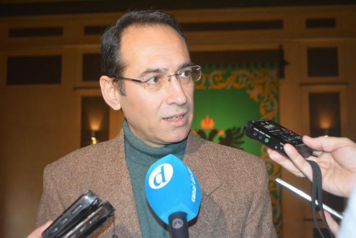 Santiago García Aranda haciendo declaraciones a la prensa
