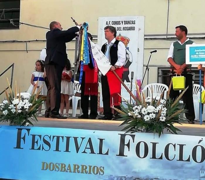 Ángel de Vega impone banderín al Grupo Coros y Danzas Virgen del Sagrario