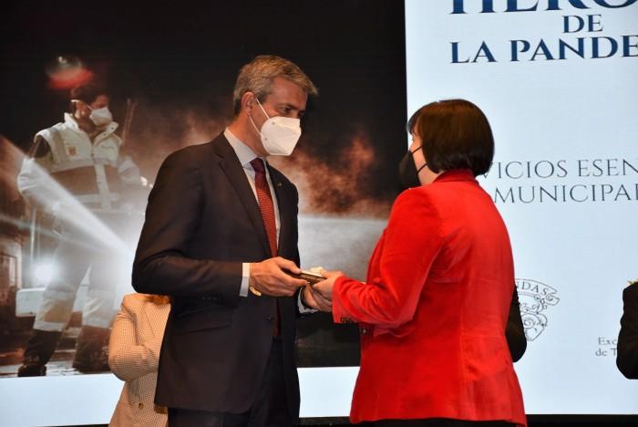 Álvaro Gutiérrez entregando el premio Agustina Muñoz en representación del personal de limpieza