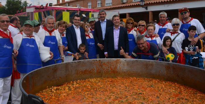 Álvaro Gutiérrez y Emiliano García-Page junto a los cocineros y cocineras del