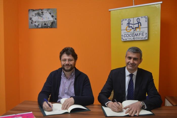 Álvaro Gutiérrez y Pedro Molina firmando el convenio de colaboración entre la Diputación y COCEMFE