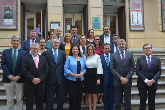 Álvaro Gutiérrez y las autoridades asistentes al pregón del Corpus en la escalinata del Rojas