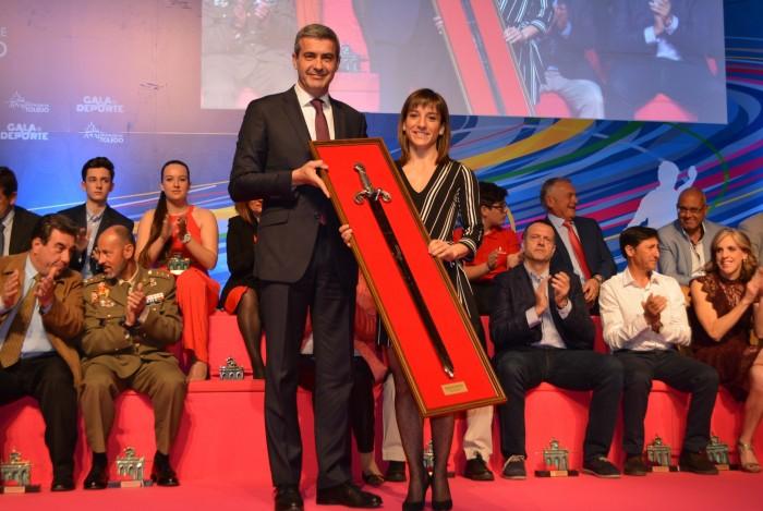 Álvaro Gutiérrez entrega el premio a Sandra Sánchez