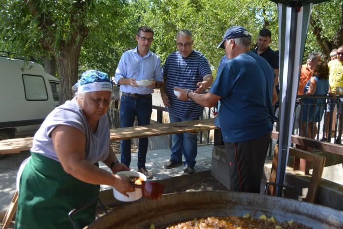 Guadalupe y Javier han cocinado la caldereta de las fiestas patronales de Mascarque