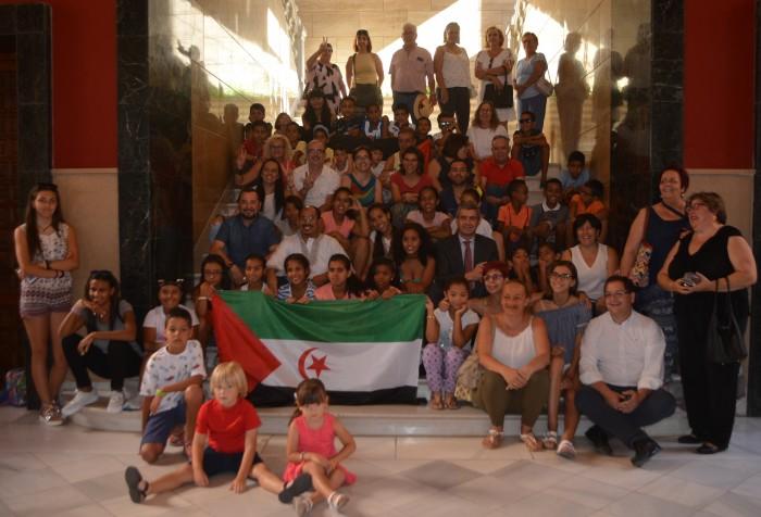 Álvaro Gutiérrez con los niños y niñas saharauis que pasan el verano en la provincia de Toledo