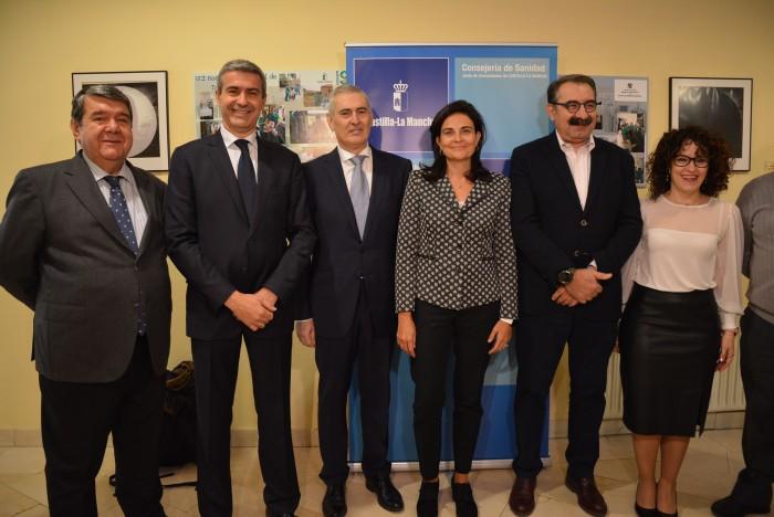 Álvaro Gutiérrez con el consejero de Sanidad y los asistentes al aniversario de la UCI del Provincia