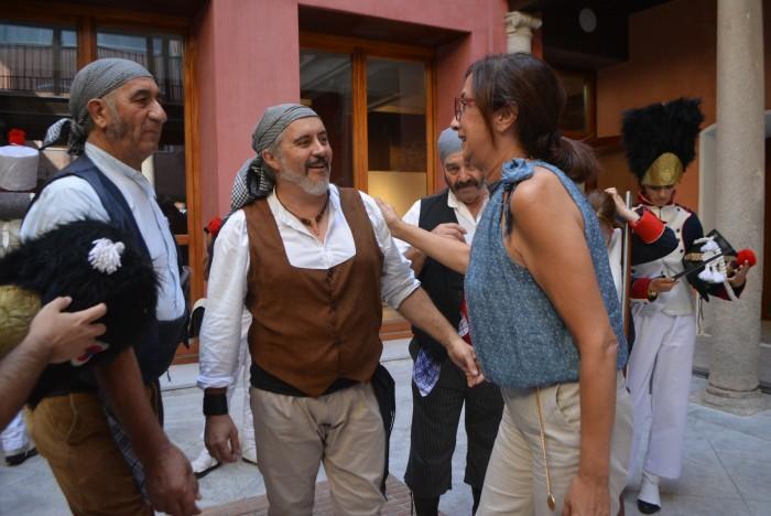 Ana Gómez saludando a los