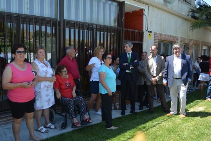 Álvaro Gutiérrez y Teodoro Jiménez charlando con asistentes a la inauguración de la piscina