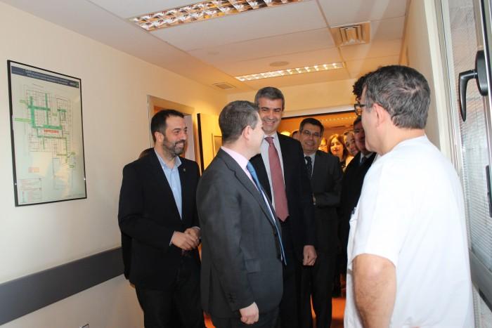 Álvaro Gutiérrez junto al presidente regional saludando al personal médico del CEDT