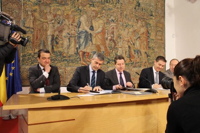 Álvaro Gutiérrez, Emiliano García-Page y Santiago Cabañero firmando el convenio