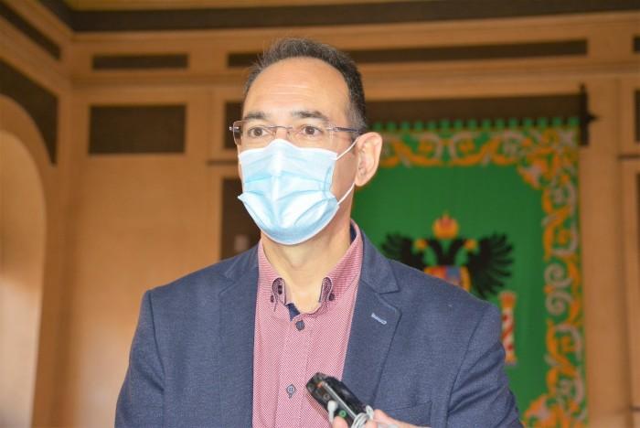 Santiago García Aranda atendiendo a los medios de comunicación antes de iniciarse la sesión plenaria