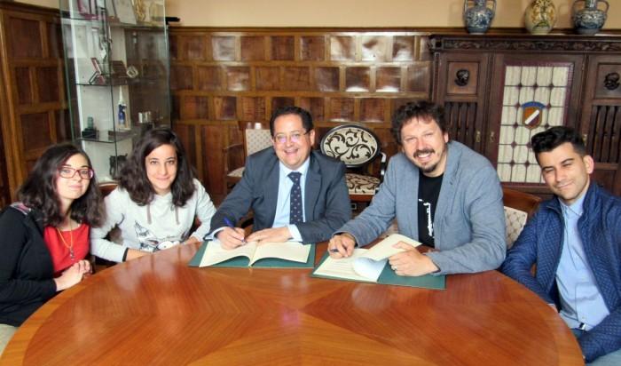 Tomás Villarrubia, Andrés Martínez y los chicos elegidos para trabajar en la Diputación de Toledo