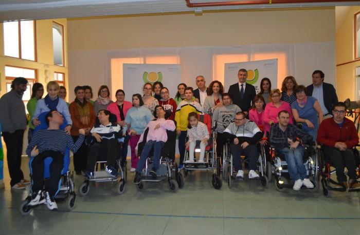 Álvaro Gutiérrez con usuarios, trabajadores y responsables de APACE Talavera de la Reina