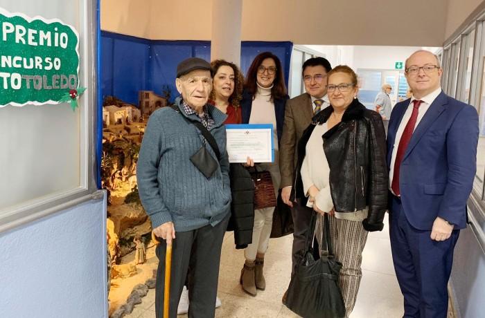 Ana Gómez con los residentes durante la entrega del premio