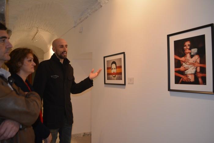 María Ángeles García y el artista ante su obra titulada