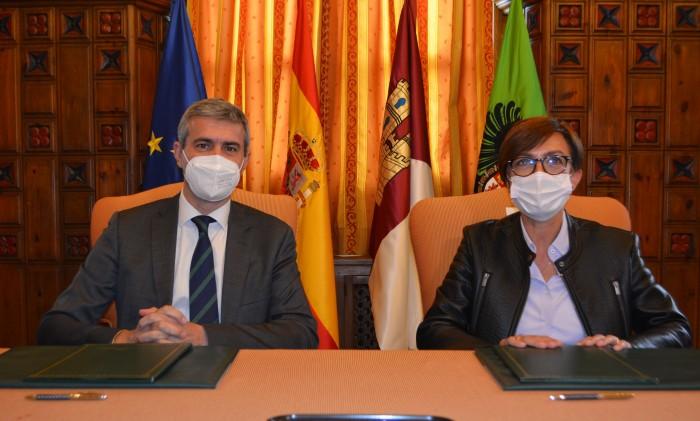 Álvaro Gutiérrez y María Gámez firmando el convenio