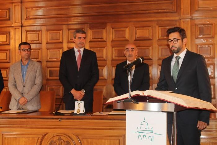 Luis Martín Carrasco en el momento de tomar posesión como diputado de la Diputación de Toledo