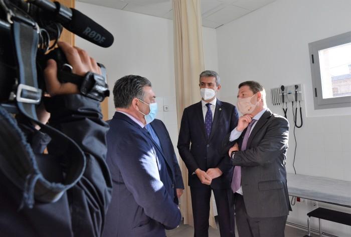 Álvaro Gutiérrez y Emiliano García-Page en un momento del recorrido del nuevo centro sanitario
