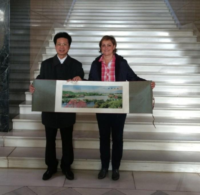 La vicepresidenta de la Diputación de Toledo con el vicepresidente de la región de Huizhou, en China
