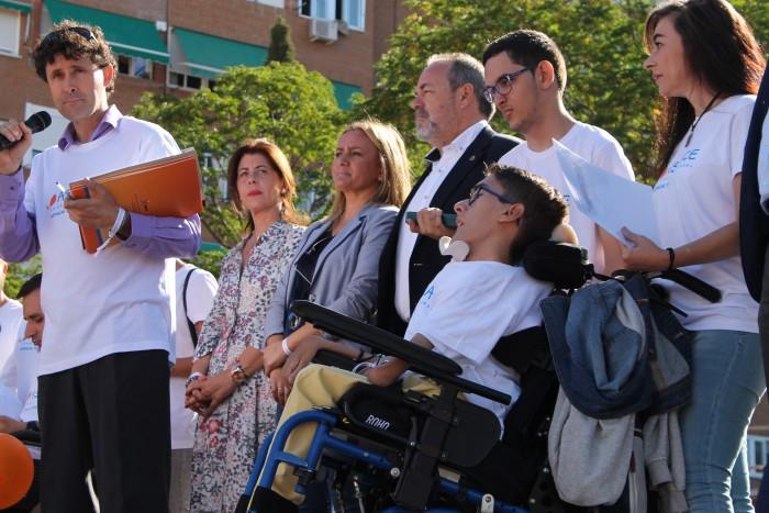 Élvira Manzaneque y María Teresa Puig junto a los responsables y miembros de APACE