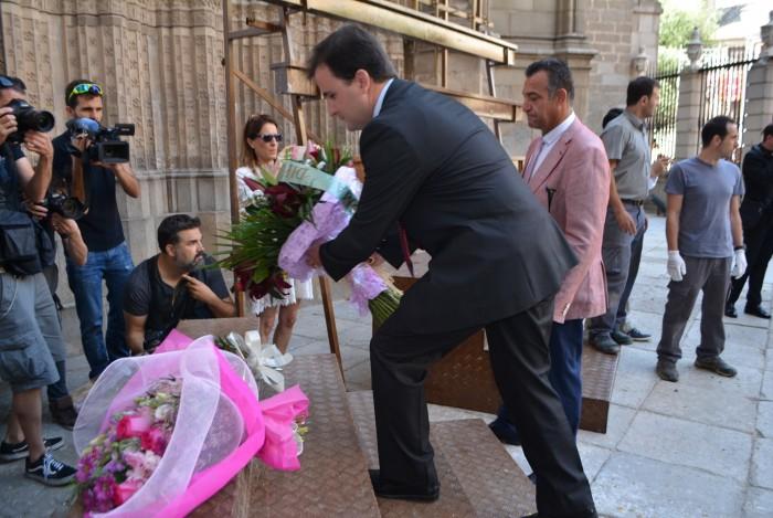 Depositando el ramo de flores en la Puerta de Reyes