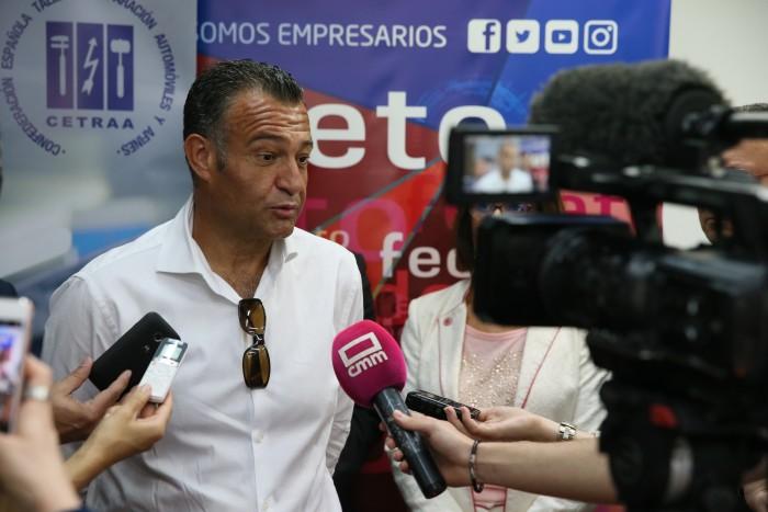 Rafael Martín atendiendo a los medios de comunicación minutos antes de inaugurarse el encuentro