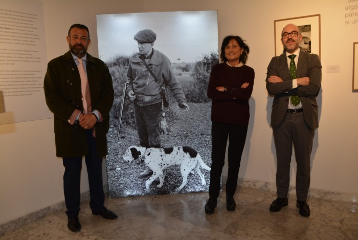 Posando junto a una foto de Miguel Delibes