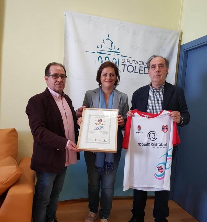 María Ángeles García con los representantes del AD Bargas FS