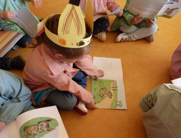 NIña participando en las clases de educación sobre el lince ibérico
