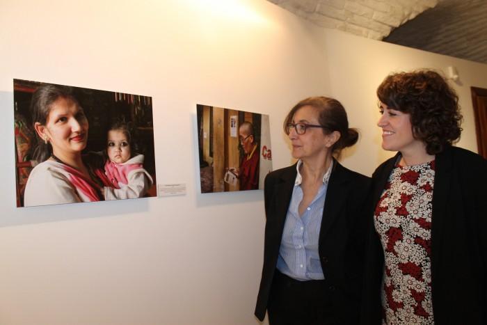 Ana Gómez e Irina Moreno ante una de las 58 fotografías de la exposición de Nepal