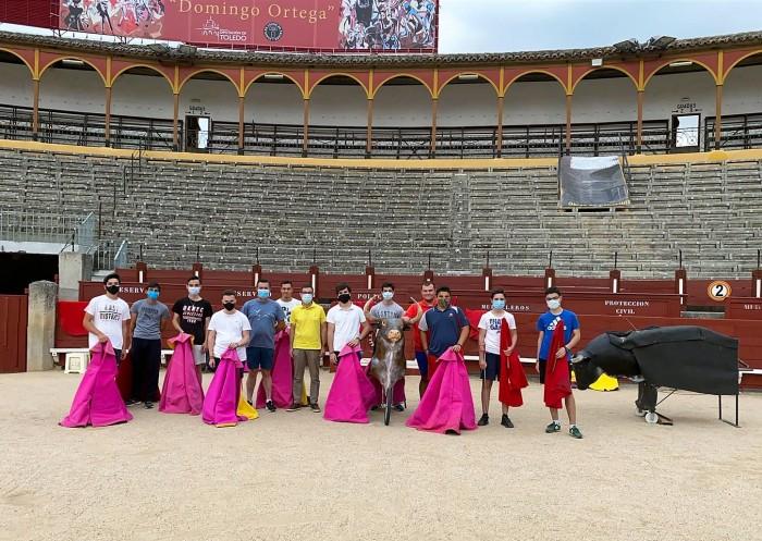 Fernando Muñoz con los alumnos de la Escuela Taurina