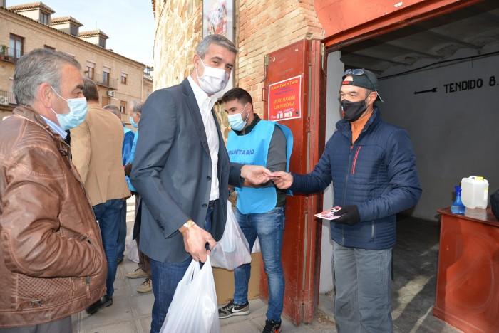 Álvaro Gutiérrez entregando alimentos en la entrada de la plaza de toros de Toledo