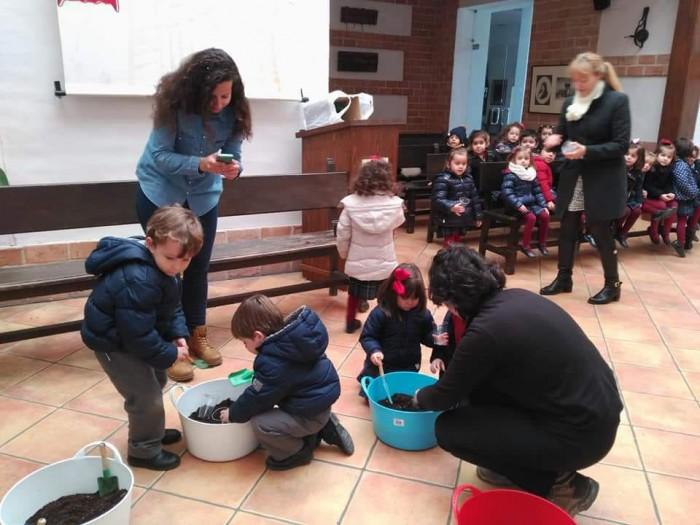 Niños y niñas participando en la campaña Siembra tus semillas