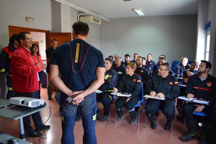 Foto de archivo, el presidente del Consorcio con bomberos del servicio provincial
